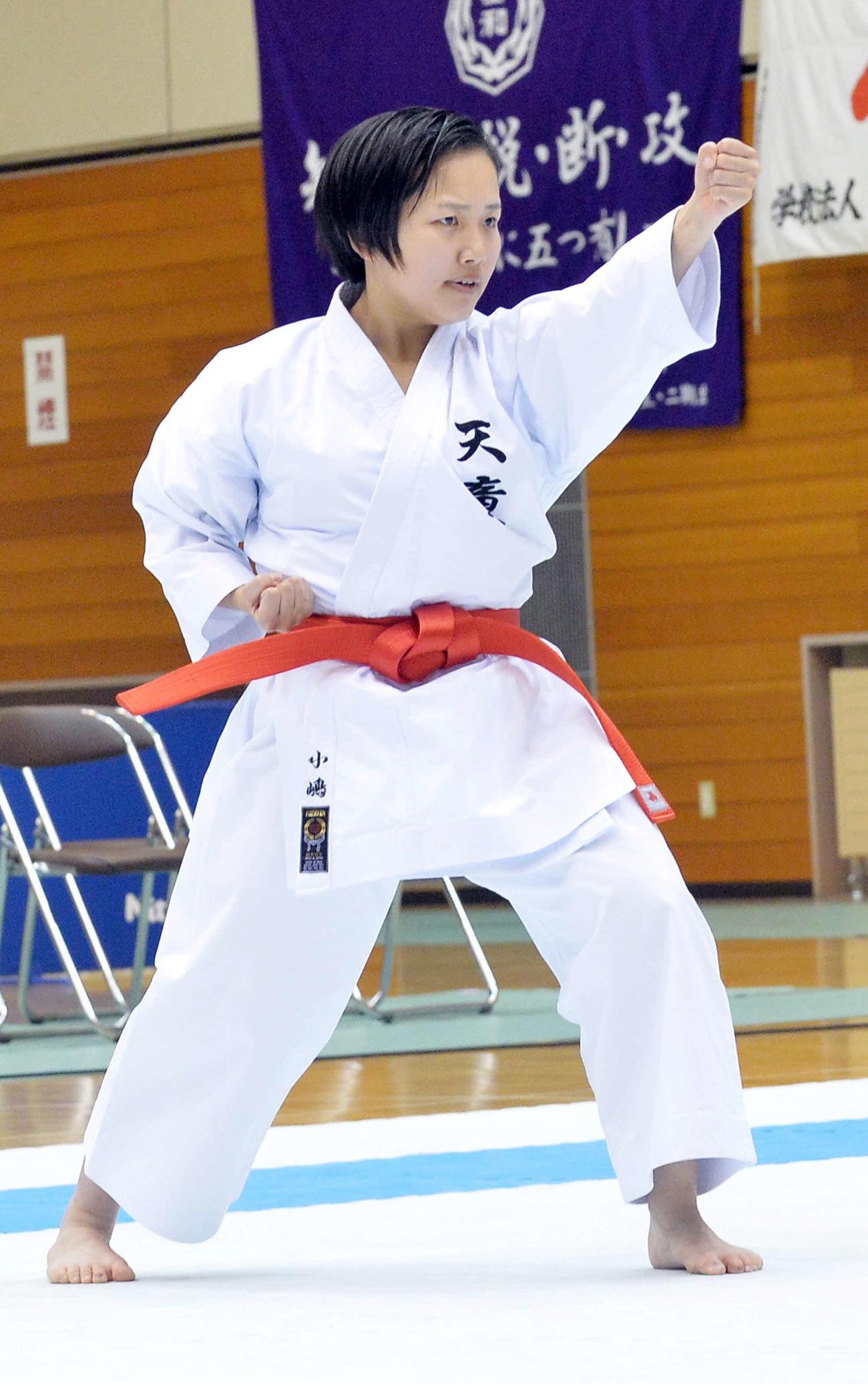 「アーナン」の形を演武する天童・小嶋