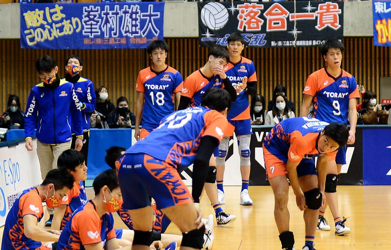 試合に敗れ、厳しい表情を浮かべる東レの選手たち