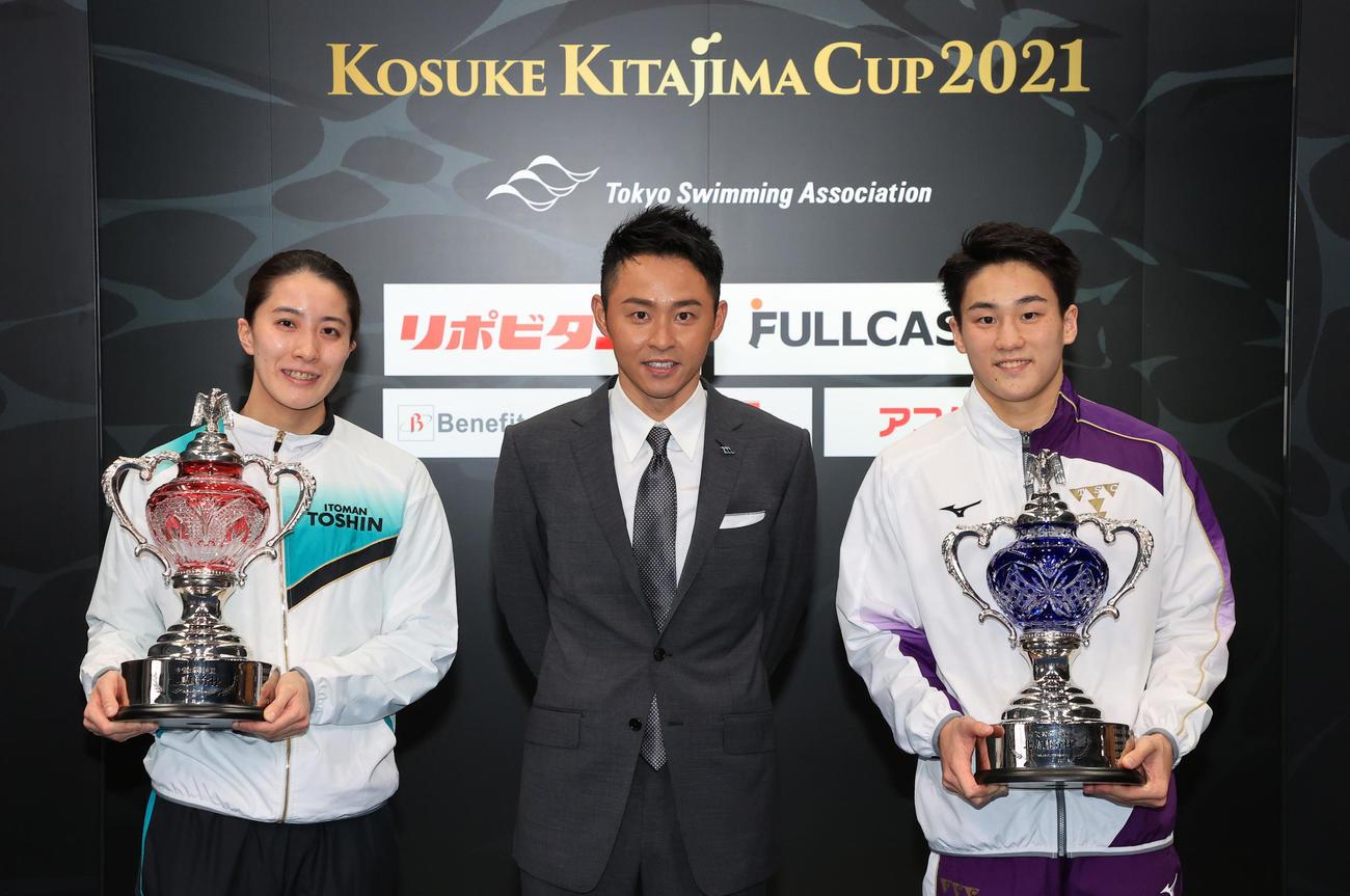東京都水泳協会の北島会長(中央)と記念写真に収まる最優秀選手の大橋(左)と佐藤(代表撮影)