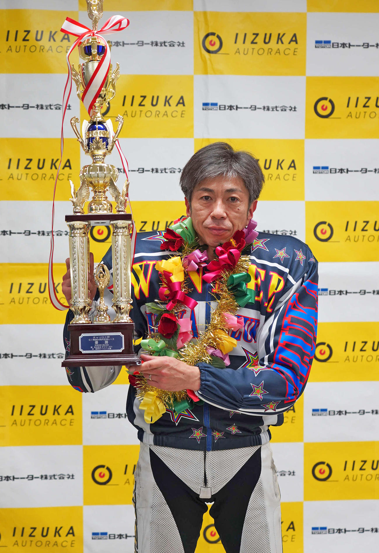 G1最多タイとなる28度目のVを飾り、優勝トロフィーを掲げる高橋貢(撮影・木村重成)