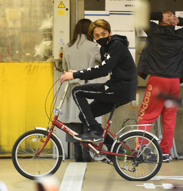 ロッカーがある施設内を自転車で移動する森且行(2020年12月29日撮影)