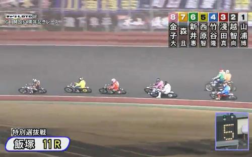 24日、飯塚オート11Rで7号車の森且行(右後方)は、スタート直後にバランスを崩した6号車の新井恵匠を避け切れずに接触する(飯塚オート、JKA提供)