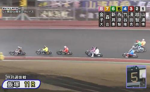 7号車の森且行(右端)は、接触した6号車の新井恵匠とともにアウトコースにふくらむ(飯塚オート、JKA提供)