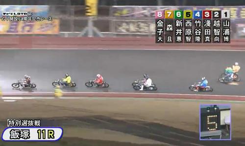 森且行(右端)は、6号車の新井恵匠とともにコースを外れる(飯塚オート、JKA提供)