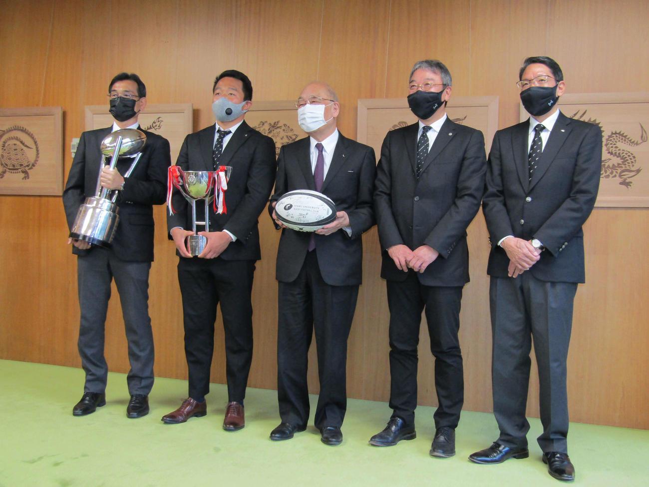 県庁を訪問し、荒井奈良県知事(中央)と記念撮影をする左から小松監督、松岡、1人おいて岡田副学長、森下部長