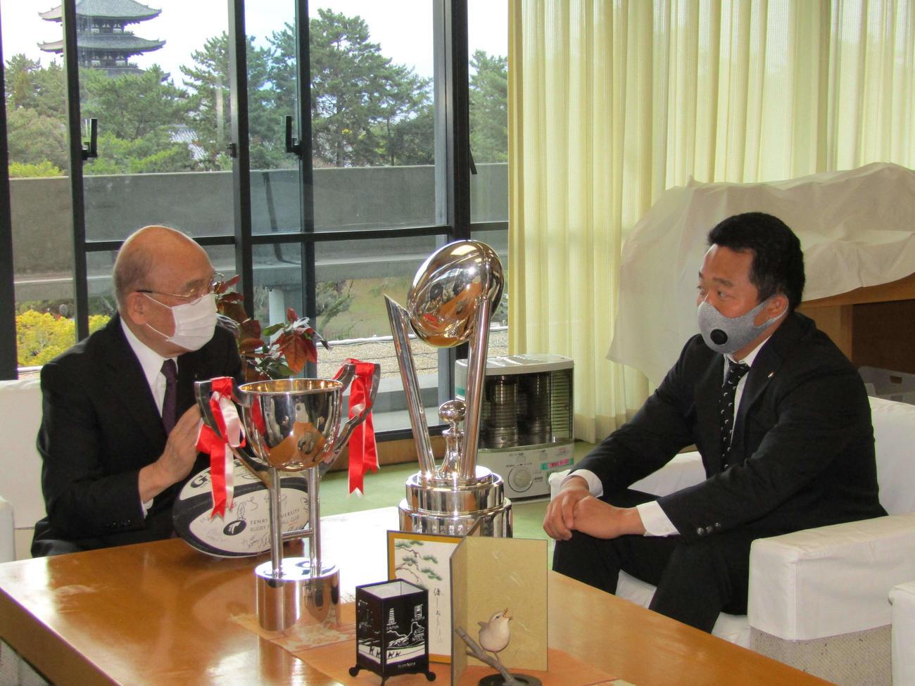 県庁を訪問し、荒井奈良県知事(左)と言葉を交わす松岡