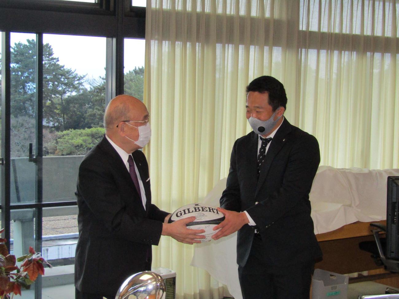 県庁を訪問し、荒井奈良県知事にボールを手渡す松岡