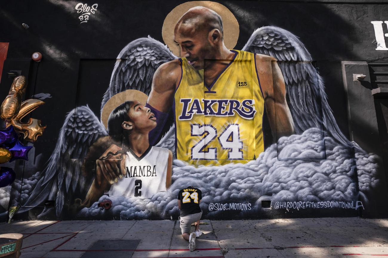 コービー・ブライアント氏と娘の壁画(AP)
