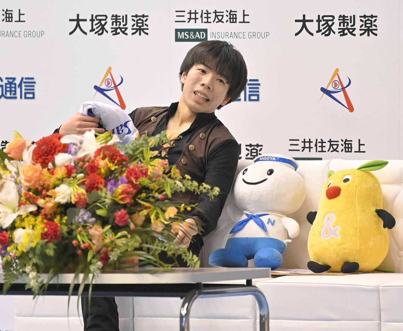 SPの演技を終え、キスアンドクライで充実の表情を見せる佐藤駿(代表撮影)