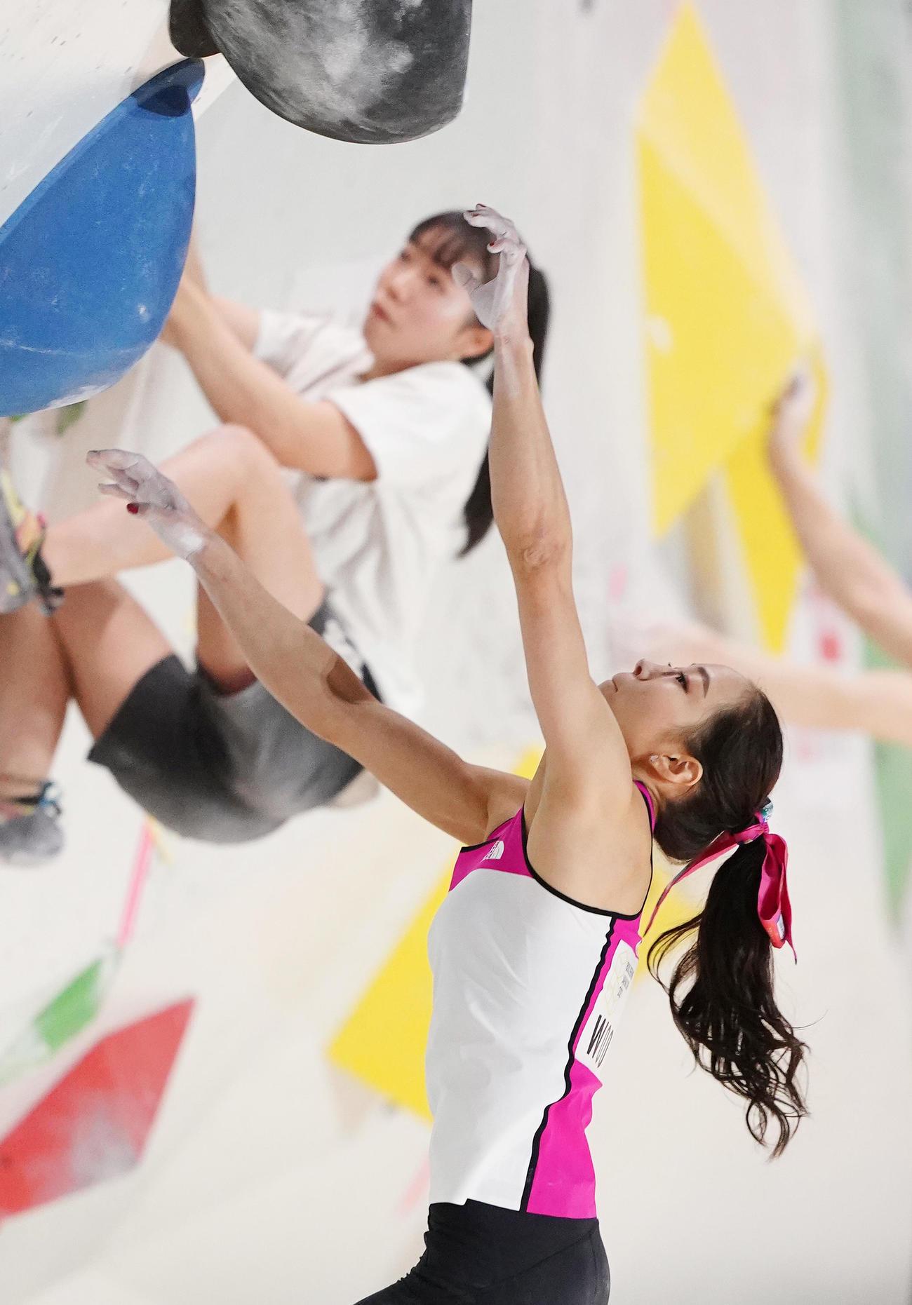 ボルダリングジャパンカップ女子準決勝で落下する野口(撮影・菅敏)