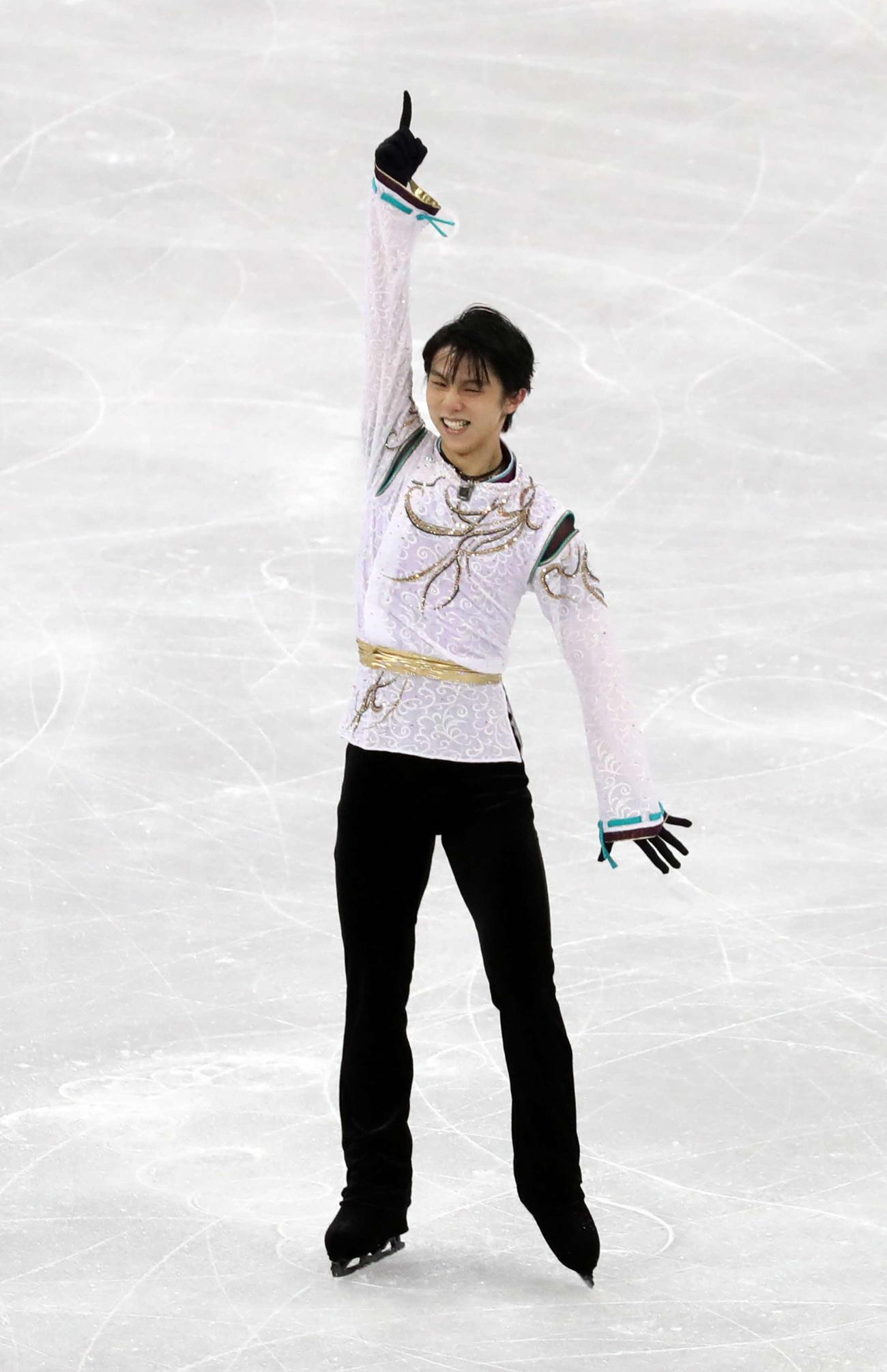 18年2月、平昌五輪フィギュアスケート男子フリーの演技を終え指を突き上げる羽生