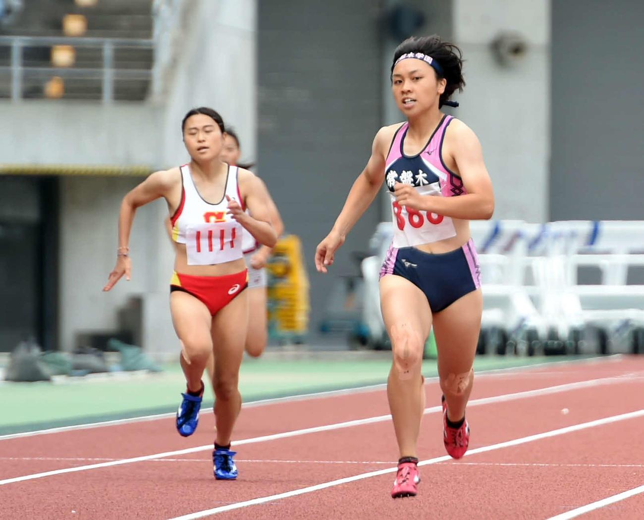 20年8月22日、宮城県選手権女子400メートルで力走する常盤木学園・竹内(右)