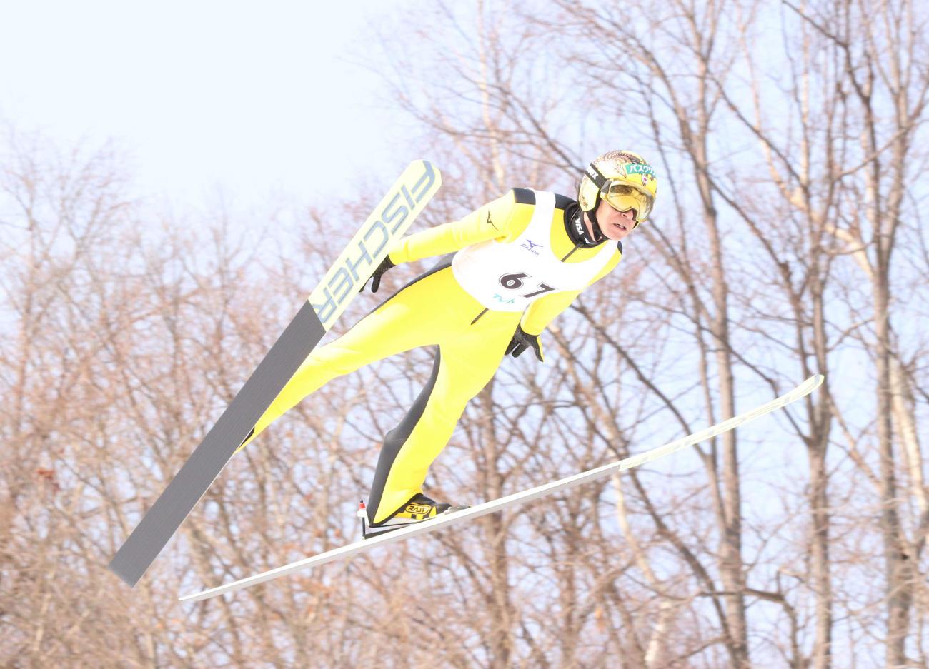 1回目、127メートルを飛んだ葛西紀明(撮影・浅水友輝)