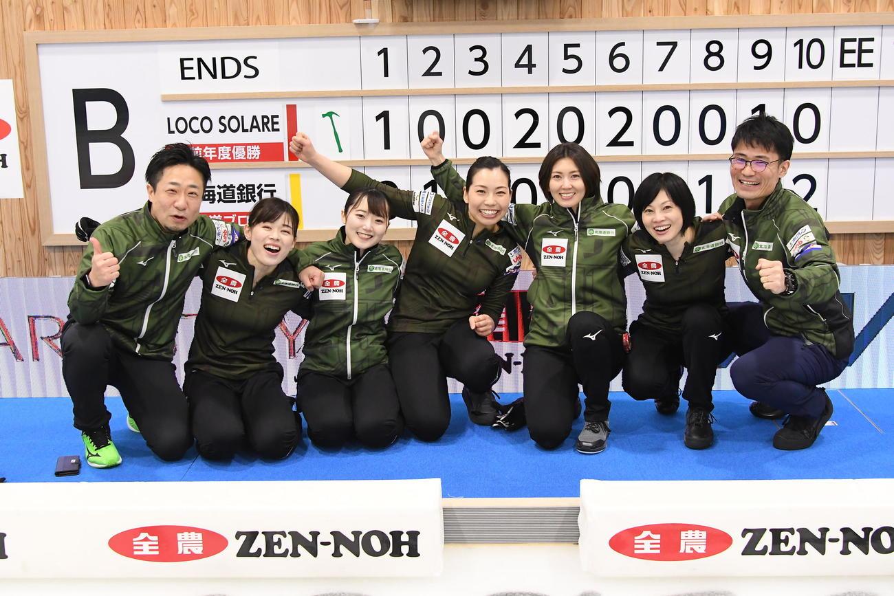 スコアボードの前で優勝を喜ぶ北海道銀行の選手たち(C)JCA IDE