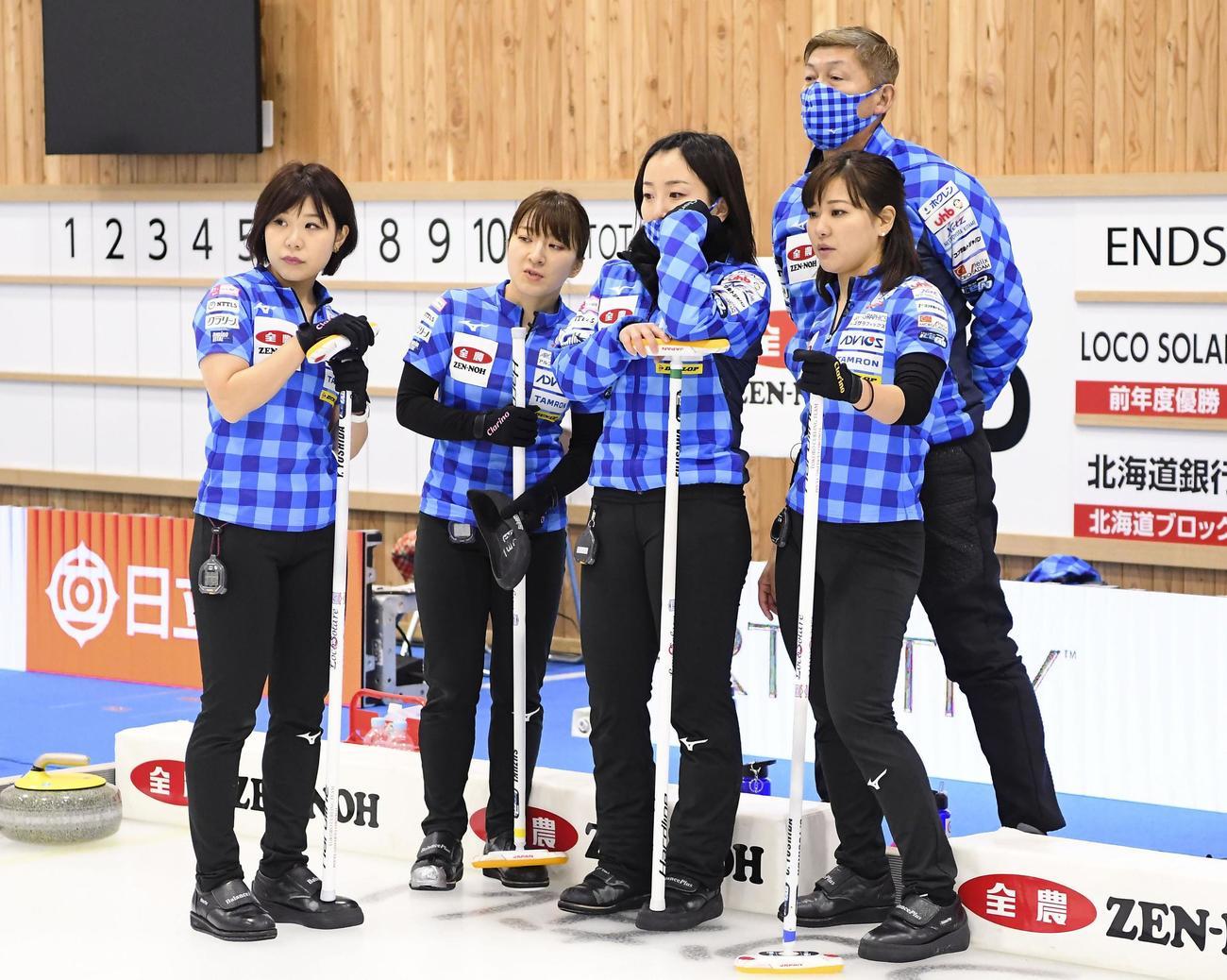 女子決勝の北海道銀行戦で作戦を練るロコ・ソラーレの選手たち(共同)