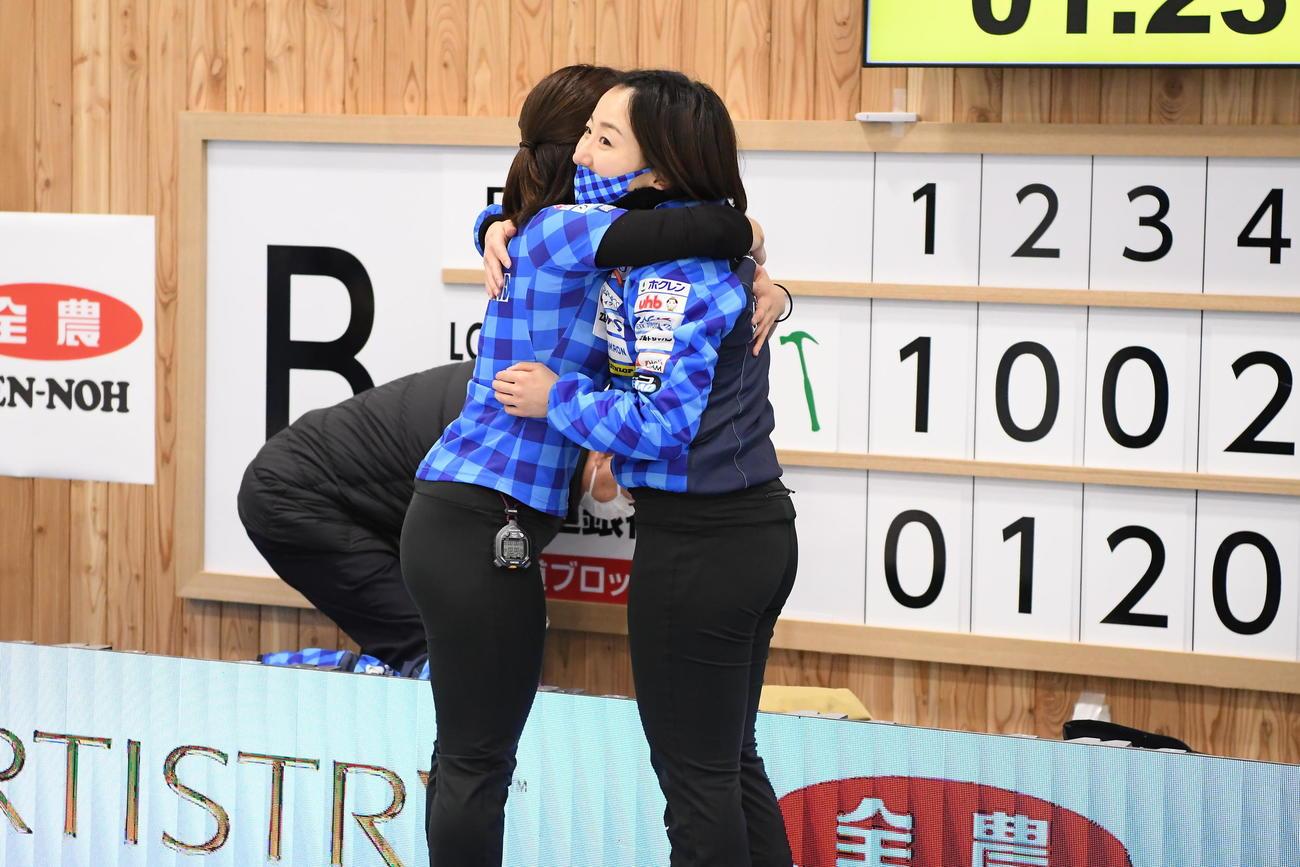 試合を終え抱き合うロコ・ソラーレの藤沢五月と吉田知那美(C)JCA IDE
