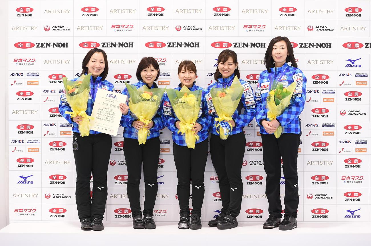 準優勝したロコ・ソラーレの選手たち(C)JCA IDE