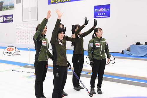 6年ぶりに優勝し手を振る北海道銀行の選手たち(C)JCA IDE