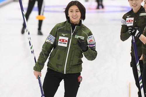 リンクの上を滑走する北海道銀行スキップの吉村紗也香(C)JCA IDE