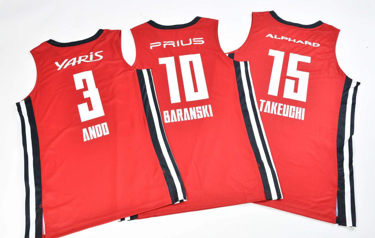 選手ごとに背中の広告が異なるBリーグA東京の第3ユニホーム(アルバルク東京提供)