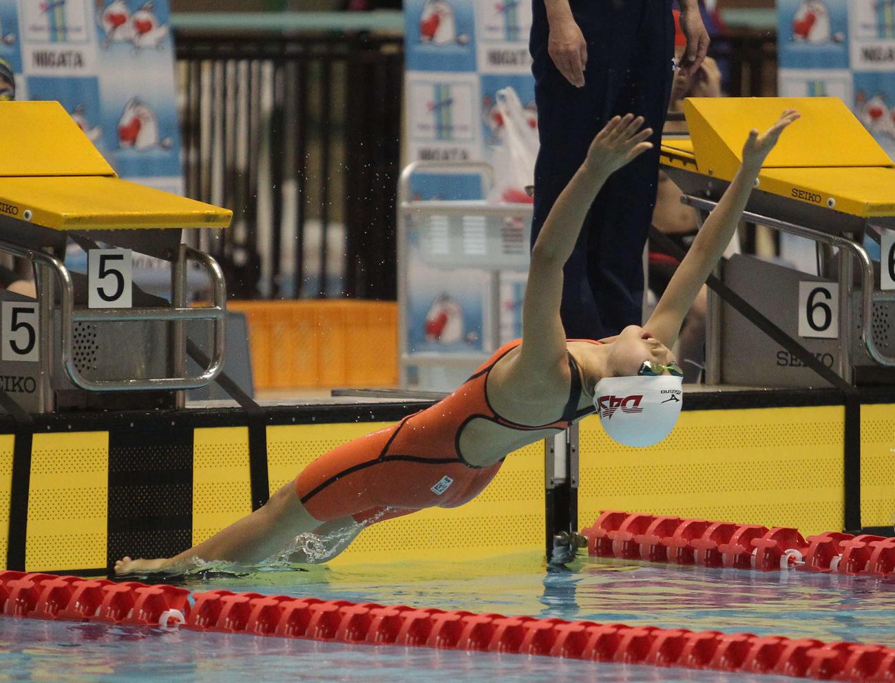 女子50メートル背泳ぎの神田のスタート