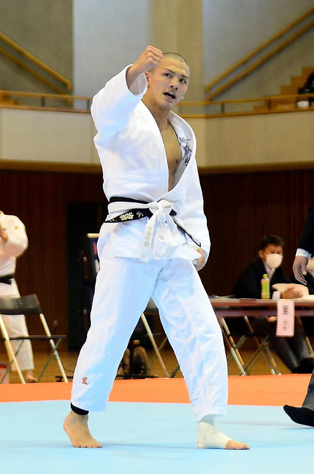 男子66キロ級で初優勝を飾り、ガッツポーズの加藤学園・岡本