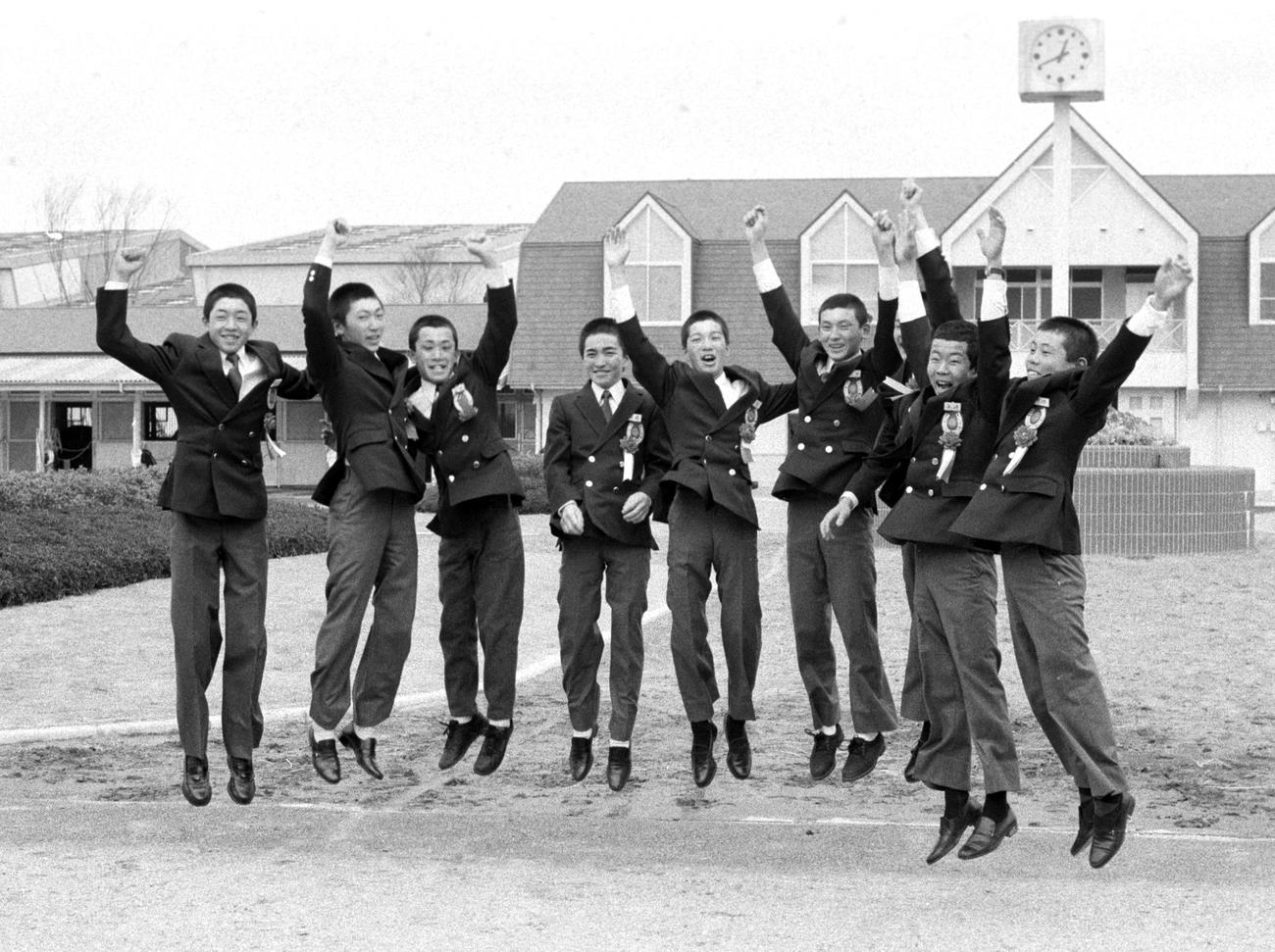 87年度騎手課程生卒業式でジャンプする(左端から)武豊、蛯名正義