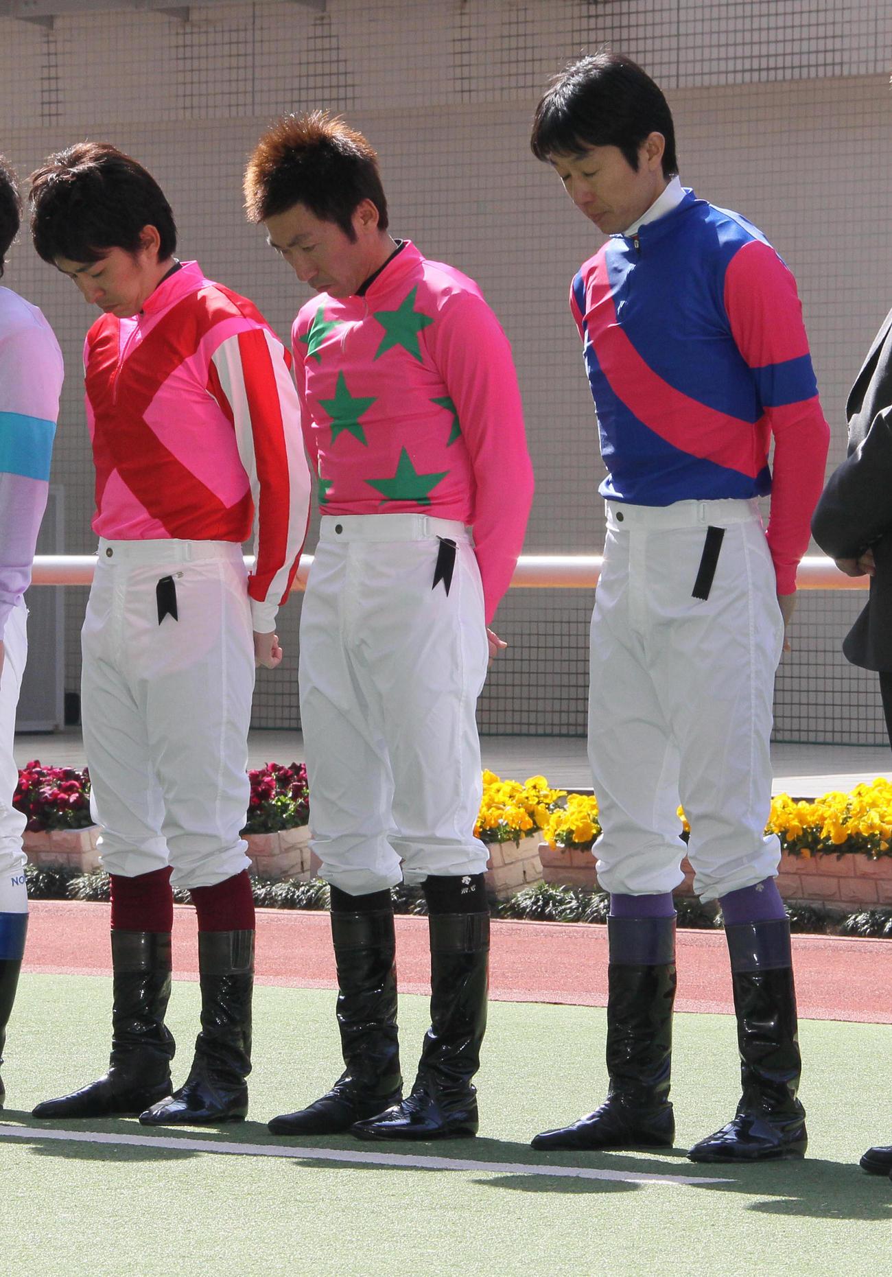 11年3月19日、東日本大震災の犠牲者を悼み黙とうする、左から福永騎手、蛯名騎手、武豊騎手