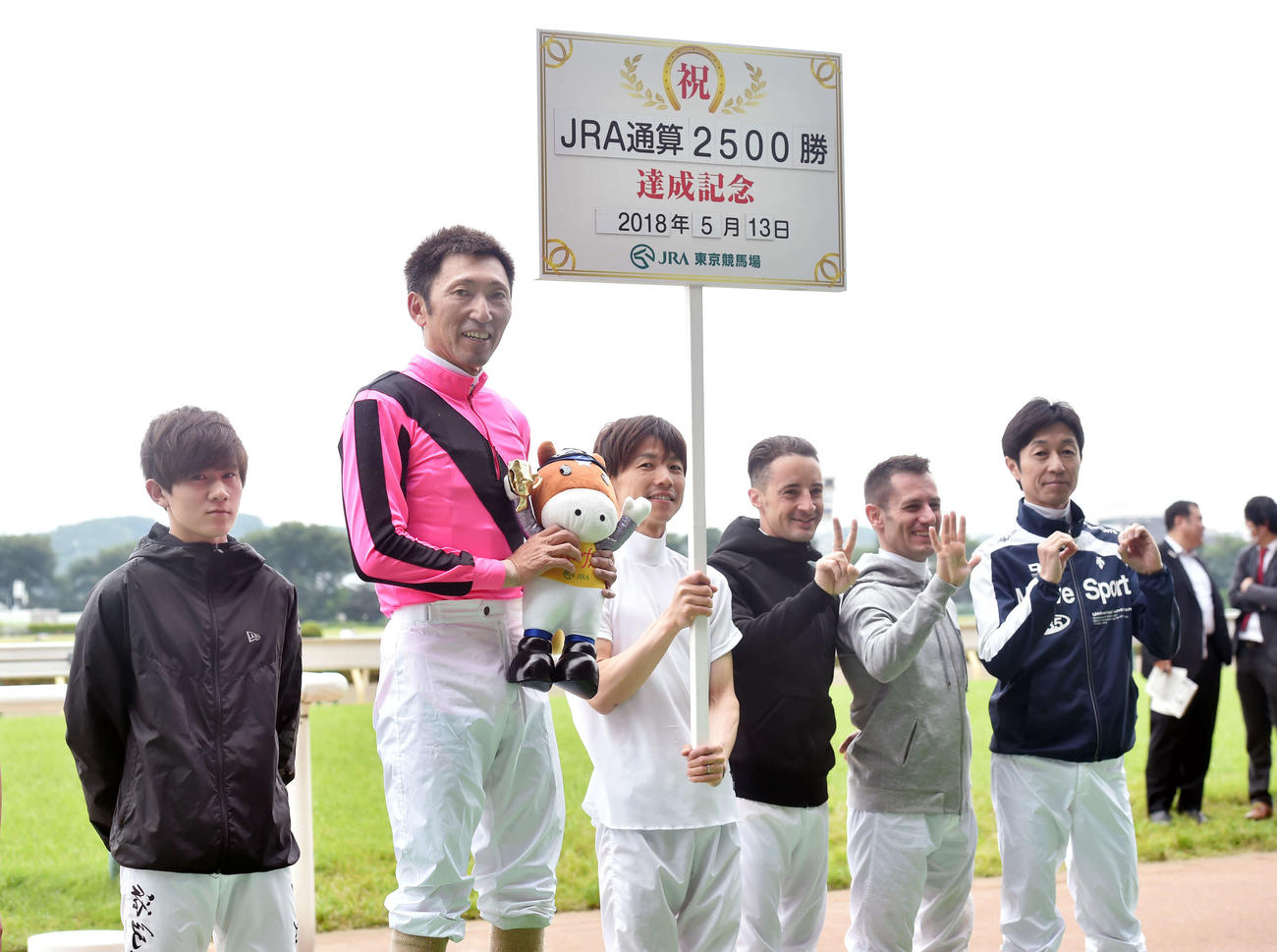18年5月13日、通算2500勝達成の蛯名騎手(左から2人目)。右端が武豊騎手