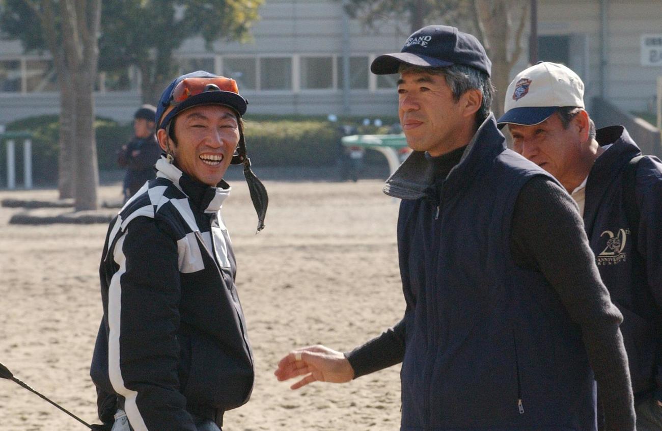 04年、美浦調教で談笑する蛯名正騎手(左)と藤沢和調教師