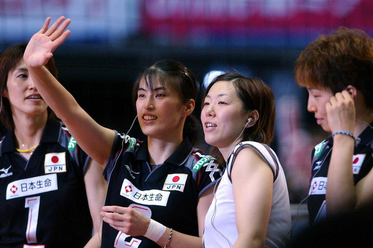 04年、五輪最終予選でスタンドを見つめる成田郁久美(左から3人目)