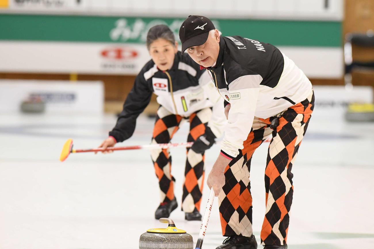 カーリングの全農日本混合ダブルス選手権で、娘千秋のペアと対戦した松村保(手前)、なぎさの夫婦ペア(C)JCA IDE