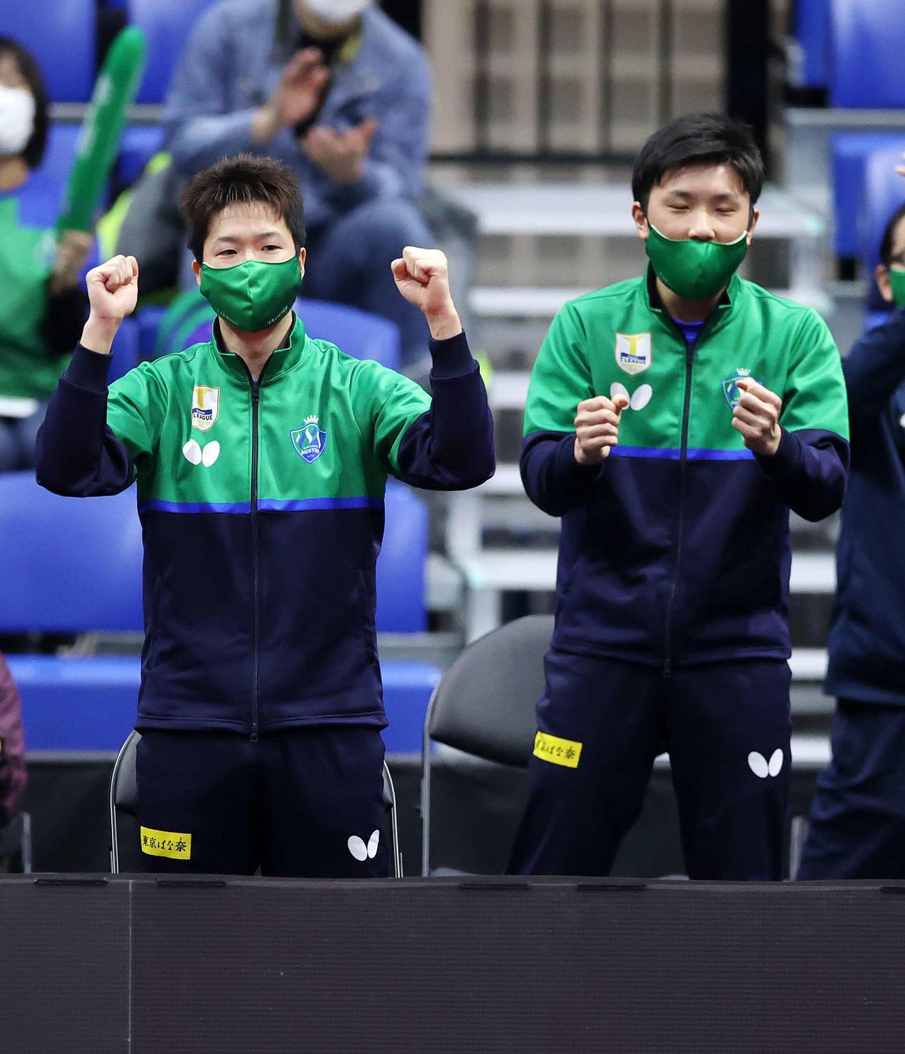 東京対琉球 第一試合男子ダブルス、ポイントが入りガッツポーズ東京の水谷(左)と張本(撮影・鈴木正人)