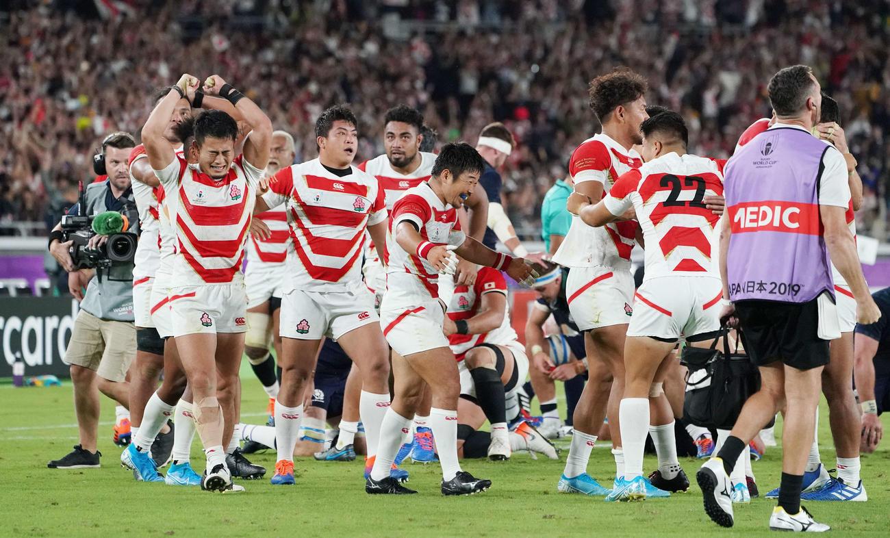 19年W杯日本大会でスコットランドに勝利し決勝トーナメント進出を決め喜ぶWTB福岡(左)ら