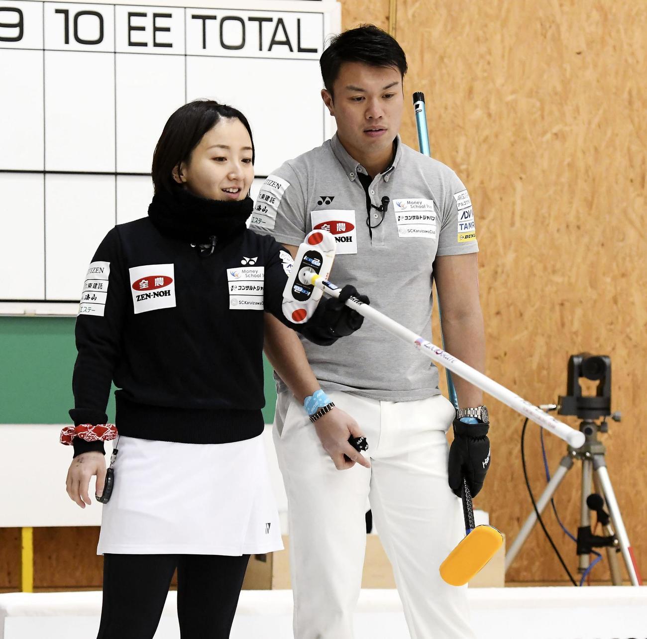 準々決勝で話し合う藤沢(左)、山口組=みちぎんドリームスタジアム(C) JCA IDE(共同)