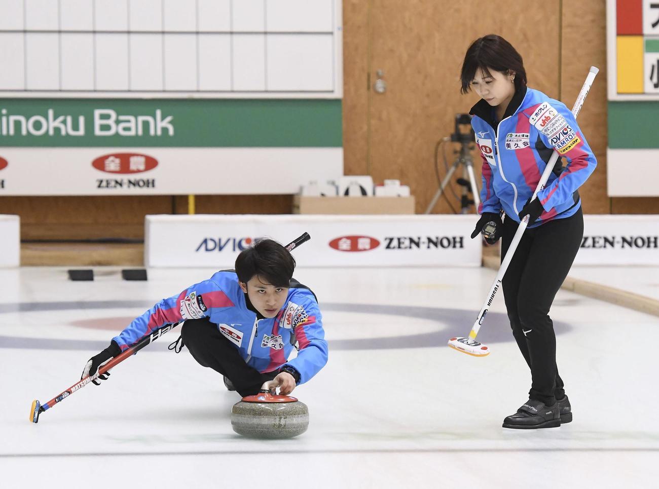 準々決勝でショットを放つ松村(左)と吉田夕=みちぎんドリームスタジアム(C) JCA IDE(共同)