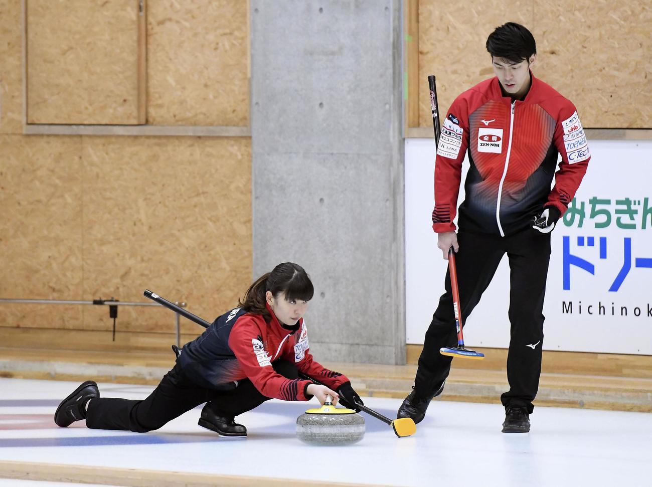 1次リーグC組最終戦でショットを放つ松村(左)、谷田組(共同)