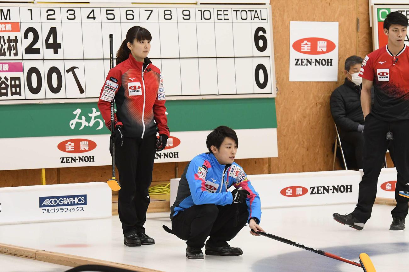 決勝で対戦した兄の松村雄太(中央)と妹の千秋(左)(C)JCA IDE