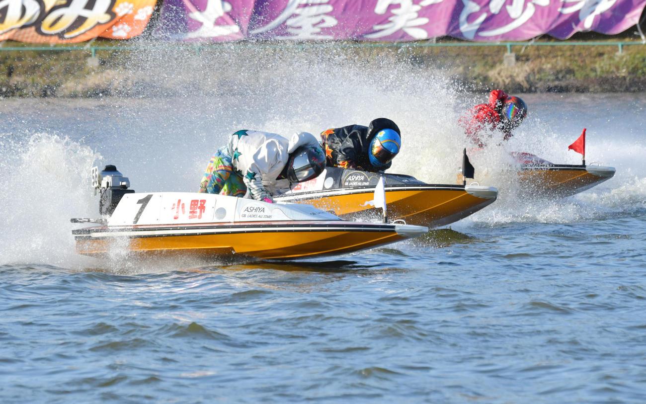 優勝戦の1周目2Mをトップでターンする小野生奈(撮影・外山鉄司)