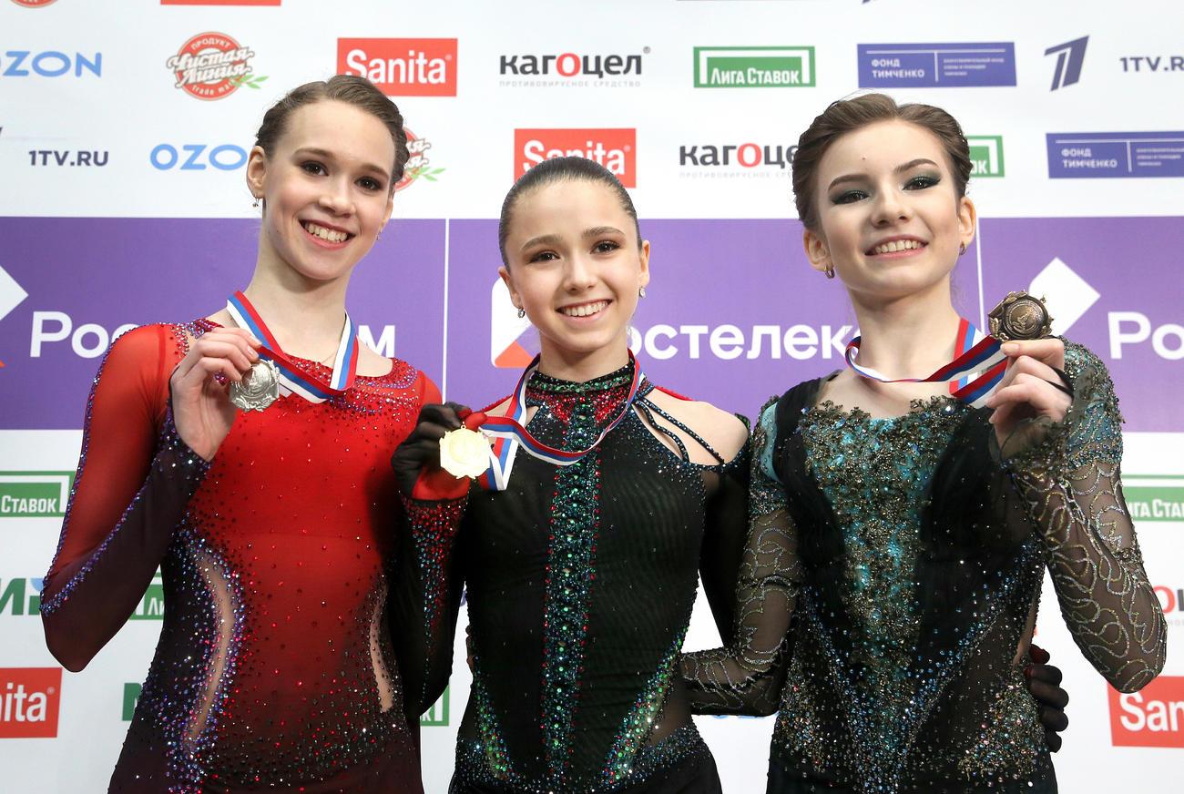 ロシアカップで表彰台を14歳3人が独占。左から、銀メダルのマイア・フミロフ、金メダルのカミラ・ワリエワ、銅メダルのダリア・ウサチョワ(ロイター)
