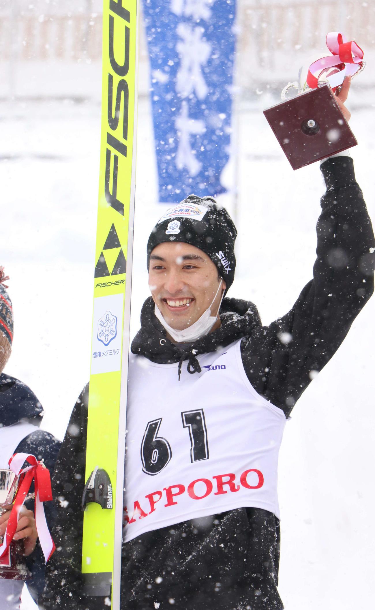 男子で2連覇した清水は表彰台でトロフィーを掲げる(撮影・浅水友輝)