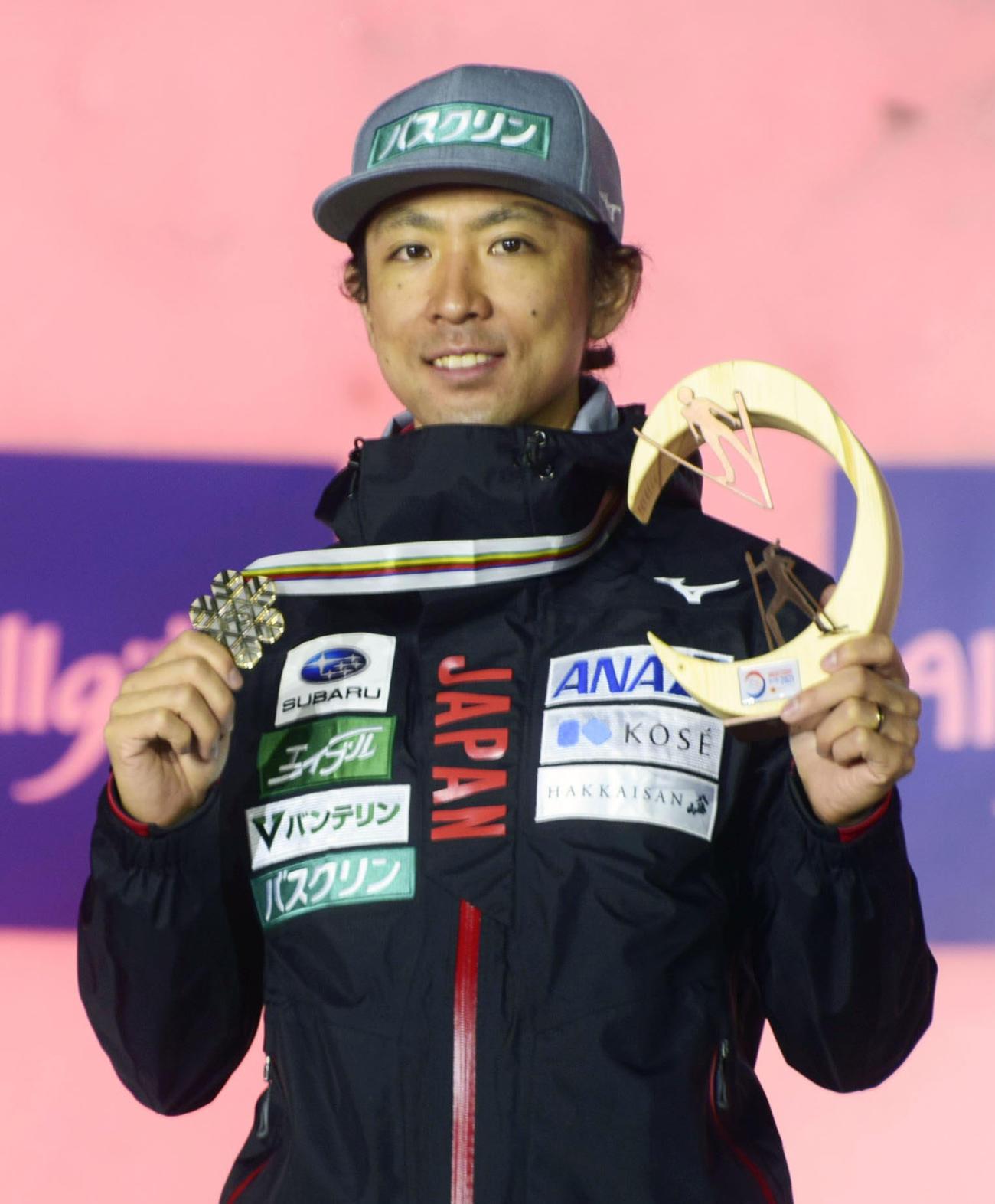 複合男子個人ラージヒルで銅メダルを獲得し、表彰式で笑顔の渡部暁斗(共同)