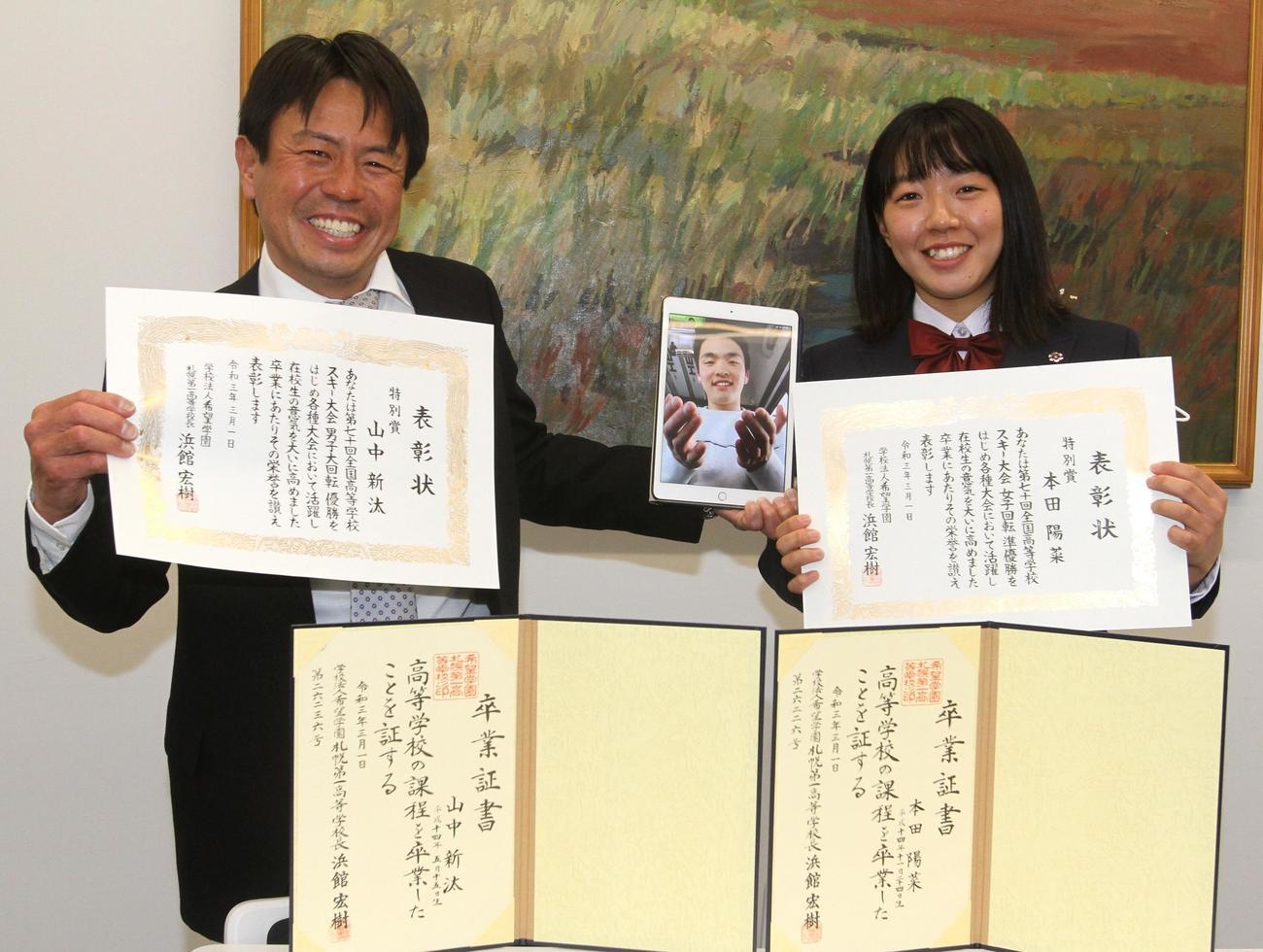 3日遅れの卒業式に出席した札幌第一の本田(右)。左はリモートで出席した山中が映るタブレットを持つ押切監督(撮影・奥村晶治)