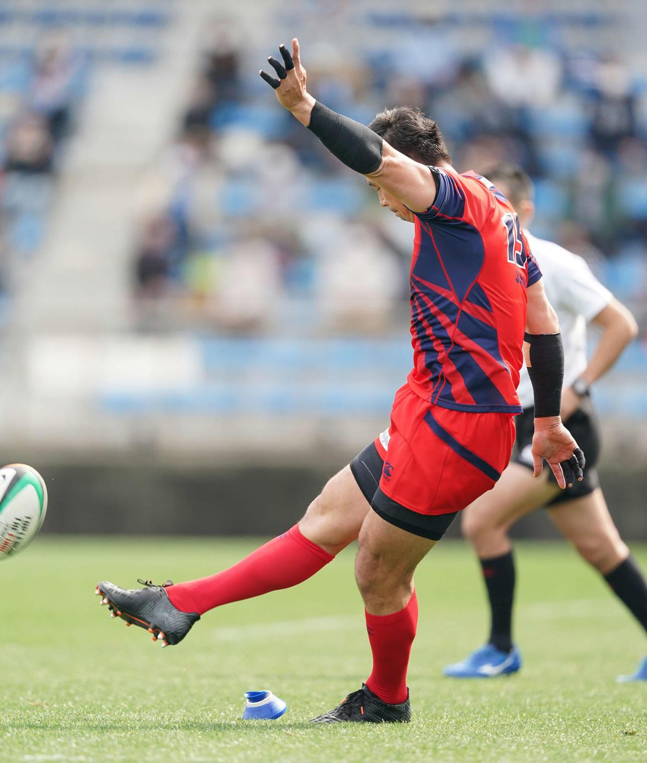 NEC対ヤマハ発動機 前半、ゴールキックを蹴るヤマハ発動機FB五郎丸(撮影・鈴木みどり)