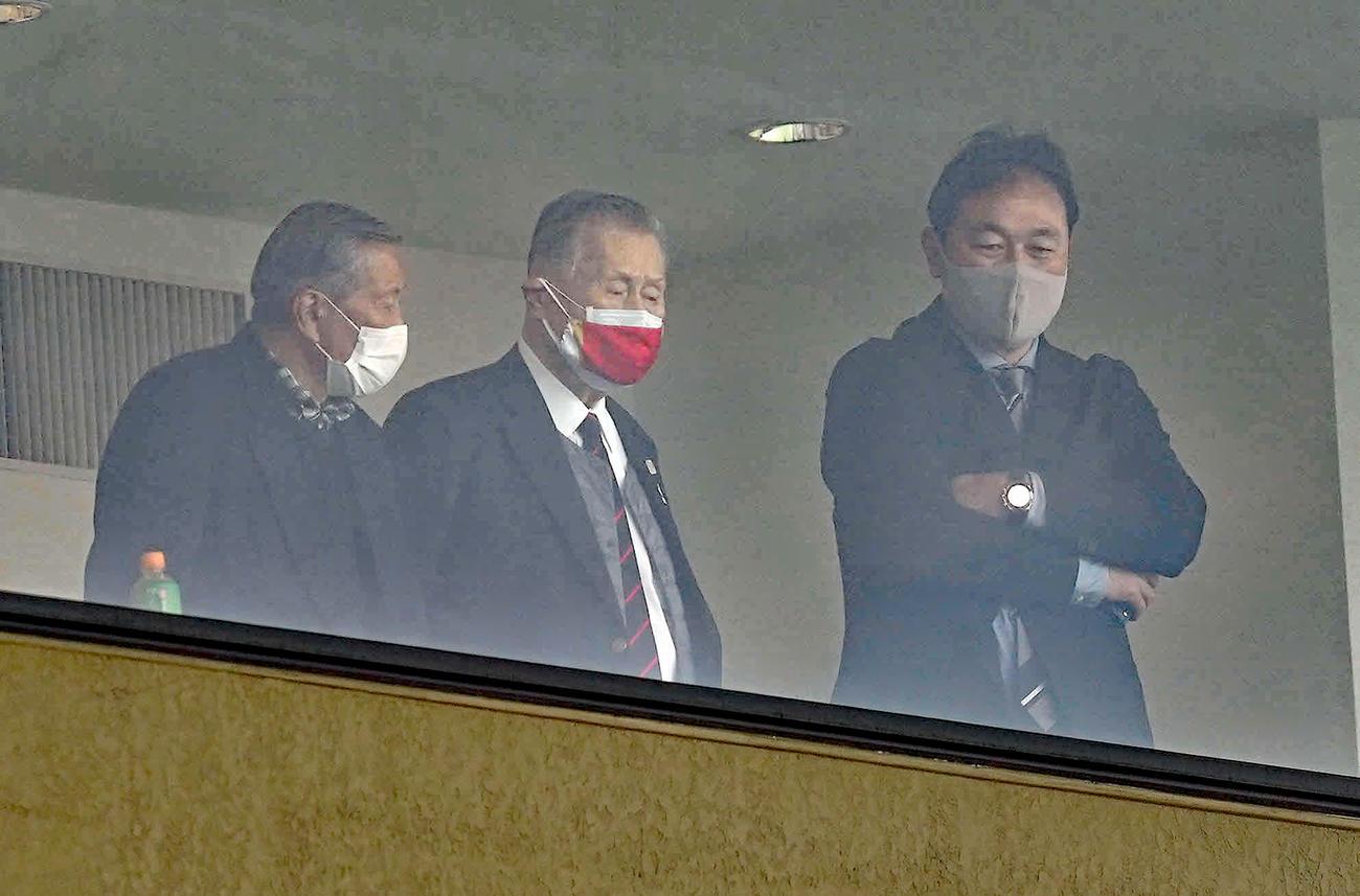 NEC対ヤマハ発動機 観戦に訪れた森喜朗氏(中央)。右は清宮ラグビー協会副会長(撮影・鈴木みどり)