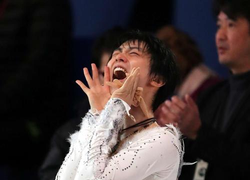 NHK杯フィギュア エキシビションで大声でファンにあいさつをする羽生結弦(2016年11月27日)
