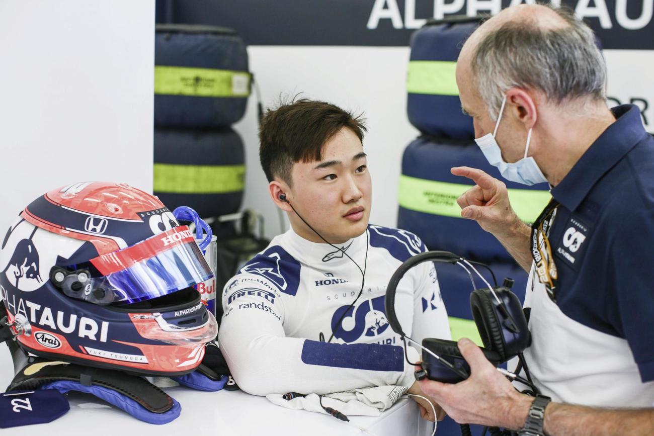 F1合同テスト走行の合間に、アルファタウリのフランツ・トスト代表(右)と話す角田裕毅(ゲッティ=共同)