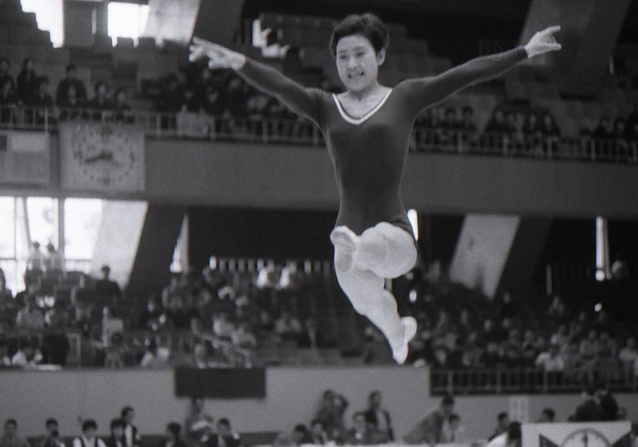 小野清子さん 平均台の演技(1964年)