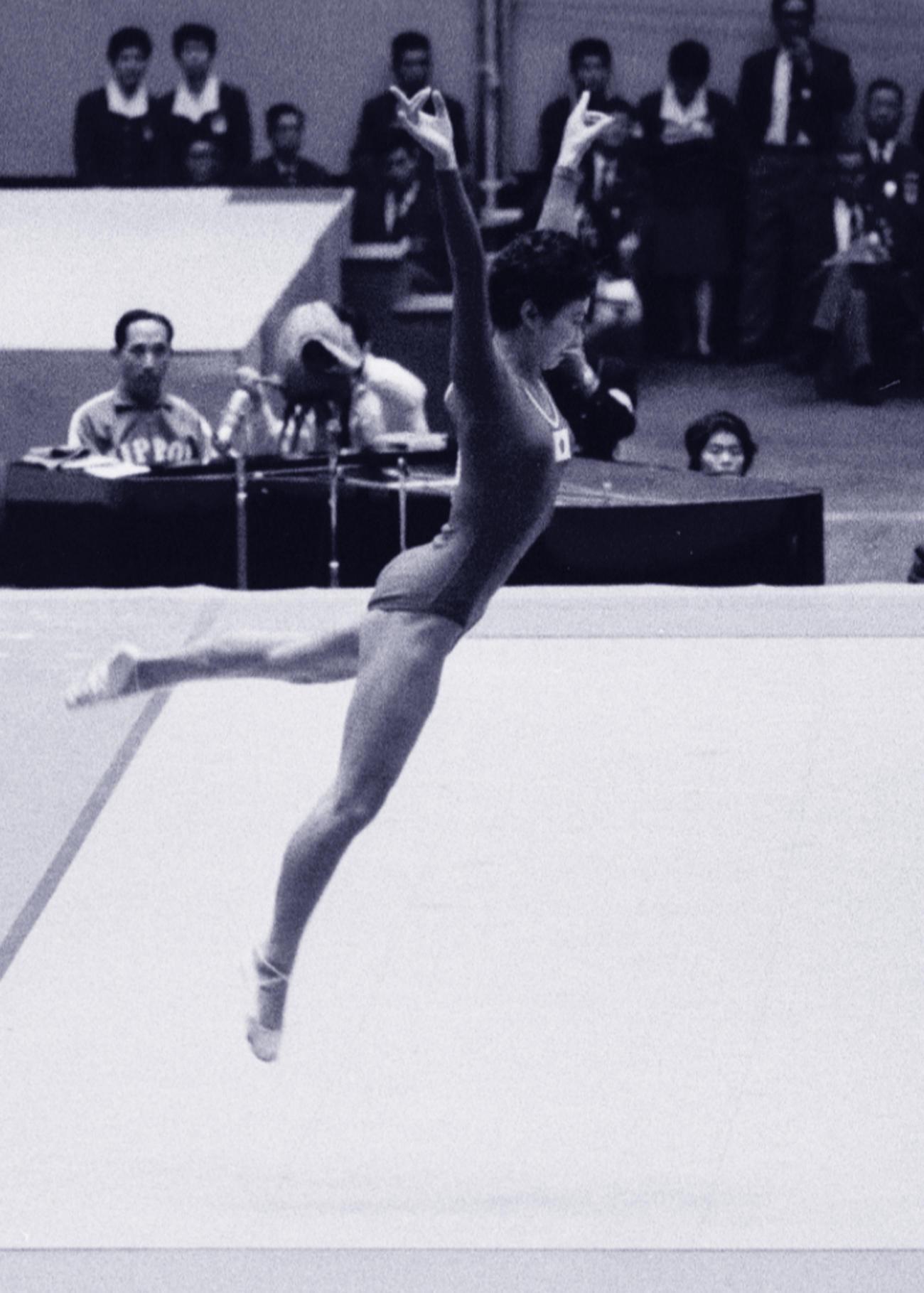 東京五輪で床の演技をする小野清子さん(64年10月19日)