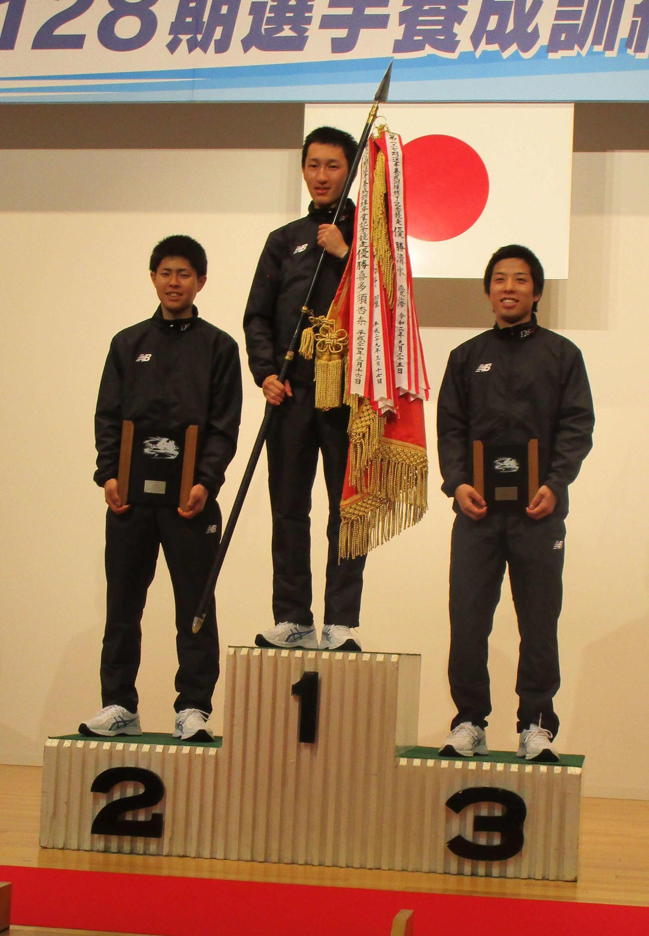 表彰台に上がる優勝の飛田江己(中央)、左は2着の遠藤圭吾、右は3着の大月遊雅